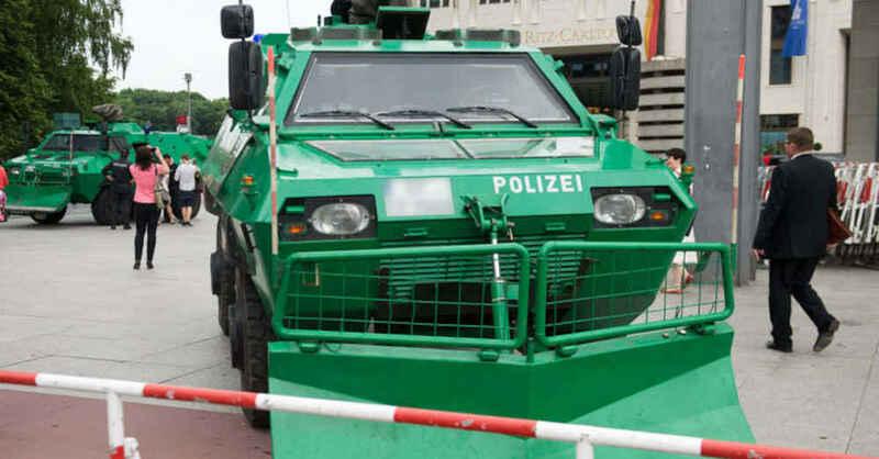 Bereitschaftspolizei, Demonstration, Panzerfahrzeug, Räumpanzer, Großeinsatz, © Picture Alliance / dpa (Archivbild)